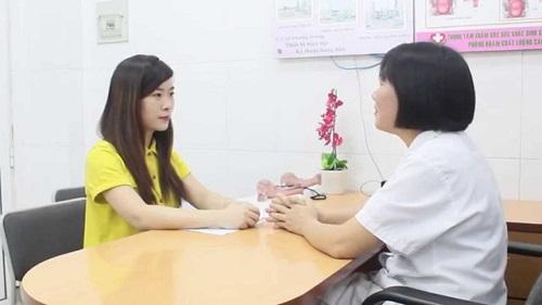 Bác sĩ tư vấn điều trị viêm âm đạo