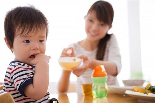 trẻ biếng ăn lười ăn