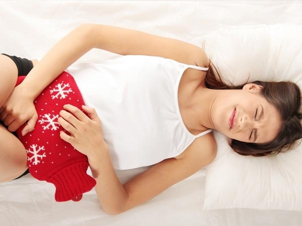 Bị đau bụng dưới - dấu hiệu có kinh sớm ở nữ giới